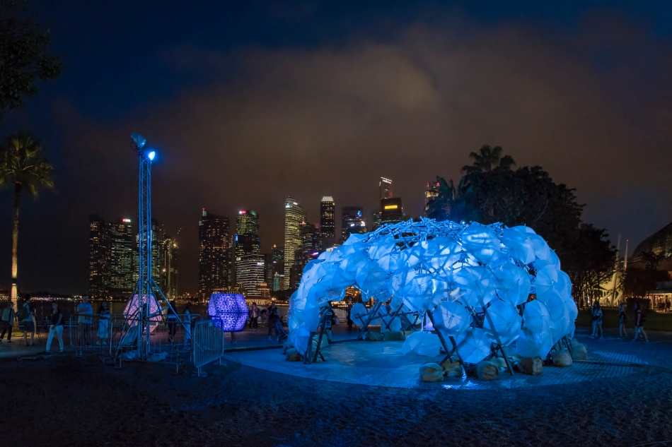 Dande-lier by COLOURS X Web Structure X Prof Yuen's Research Team. Image Courtesy of i Light Marina Bay 2017.
